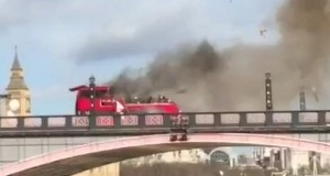 Ônibus explodiu no centro de Londres (Foto: BBC)