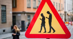 Placa de trânsito adverte sobre pedestres distraídos com celulares (Foto: Jonathan Nackstrand/AFP)