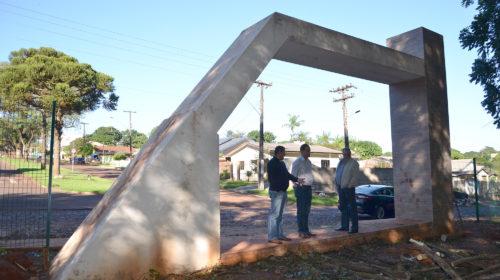 PRESERVAÇÃO DA NATUREZA: Prefeito Baco vistoria de perto como ficou o interior do Bosque depois que limpeza foi feita no local