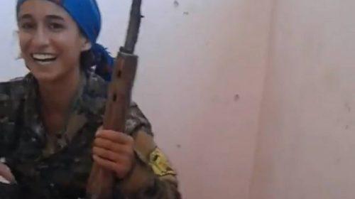VÍDEO: Atiradora ri após quase ser atingida na cabeça por bala do Estado Islâmico