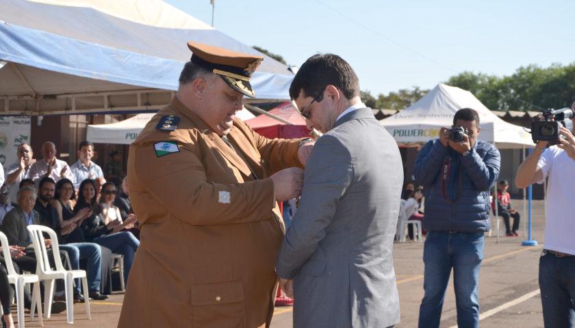MEDALHA SENTINELAS DO CENTRO OESTE: Juiz Ferdinando é homenageado durante cerimônia de troca de comando do 11º BPM em Campo Mourão