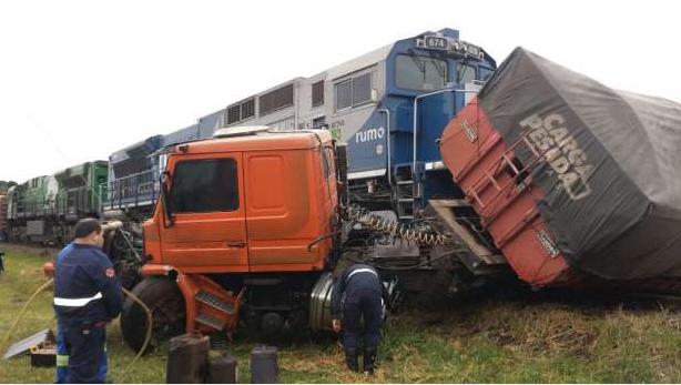 Carreta é arrastada por cerca de 200 metros após bater em trem no PR
