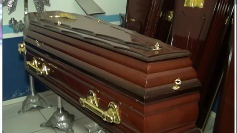 Família inicia velório antes de mulher morrer. Todo mundo foi preso