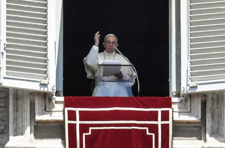 Papa Francisco saúda casal gay de Curitiba por batizar filhos