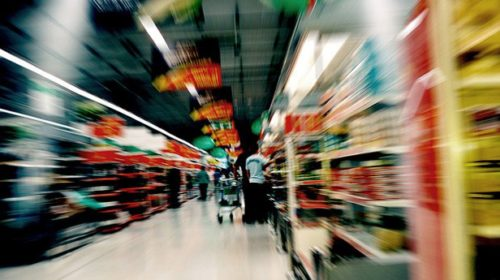 Temer assina decreto para supermercados abrirem aos domingos e feriados