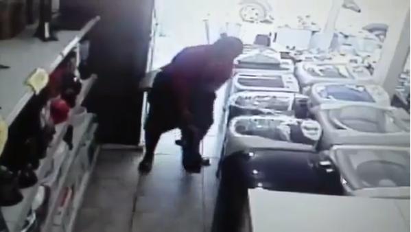 Mulher furta loja e esconde TV de 24 polegadas embaixo de saia; assista