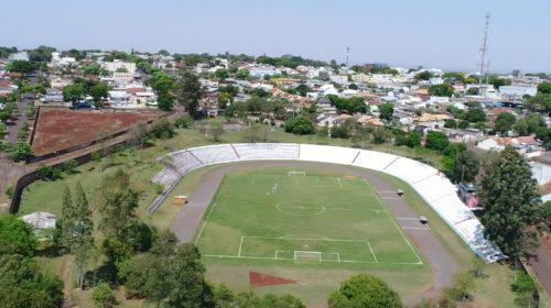 VÍDEO: Prefeito Baco assina ordem e serviço que autoriza início da reforma do Estádio Municipal Claudinão