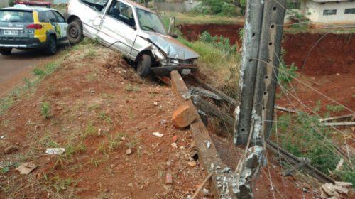 Motorista embriagado bate carro em poste e foge em Ubiratã