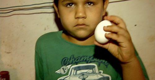 Mesmo sem quase nada para comer em casa, menino doa ovo para ajudar abrigo de idosos